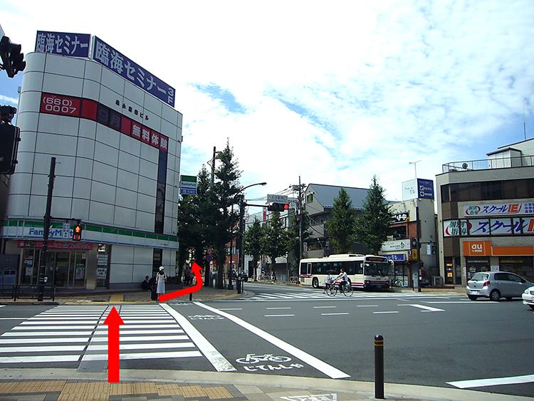 ファミリーマート側を約100m、直進すると『サンホテル』が見えてきます。